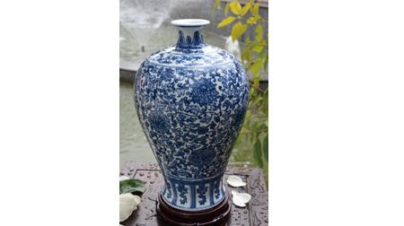 缠枝莲珍藏版梅瓶
